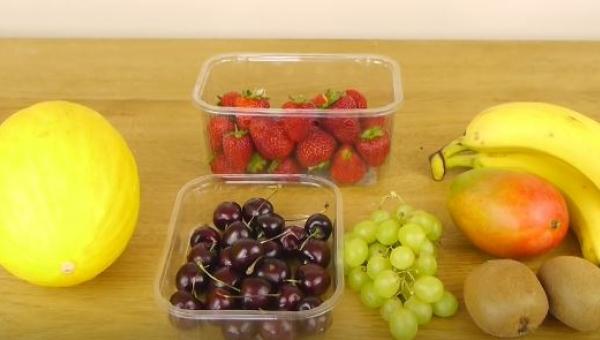 Jak szybko zrobić sałatkę owocową? Świetny przepis na lato!