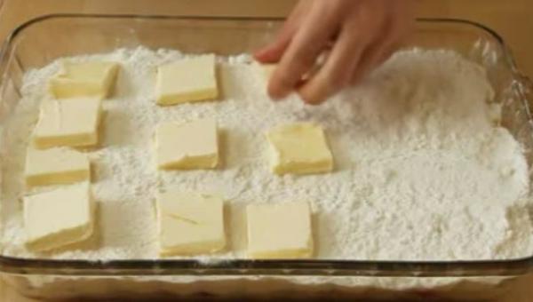 Ułożyła kawałki masła na mieszance ciasta. To co wyciągnęła z piekarnika...