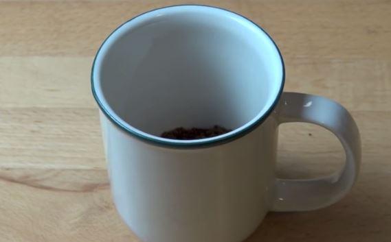 W kubku należy rozpuścić kawę w wodzie.