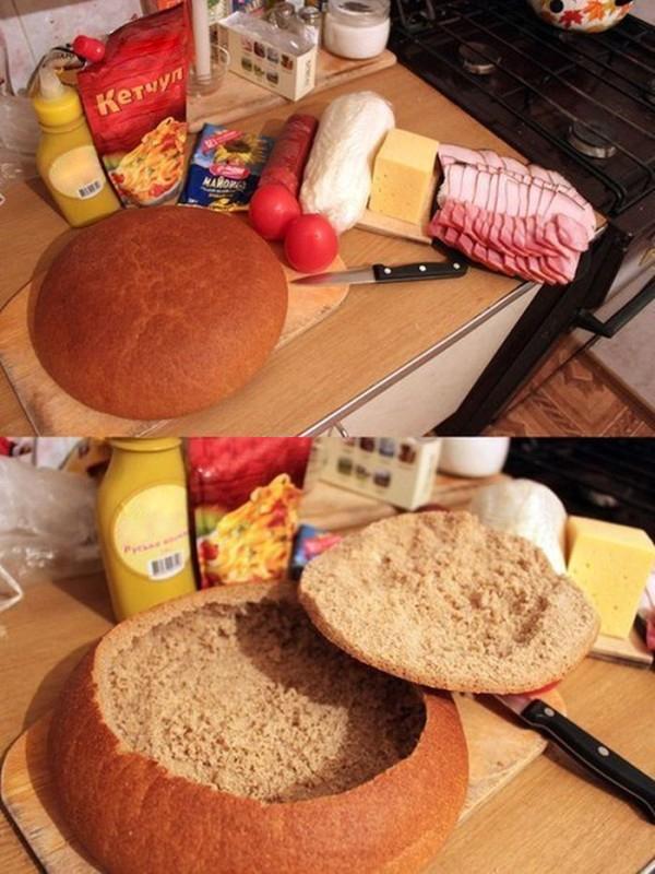 Potrzebny Wam będzie bochen okrągłego chleba. Zetnijcie mu wierzch i...