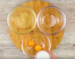 Najpierw do jednej miseczki wrzucamy dwa żółtka, cukier i mascarpone - ubijamy.