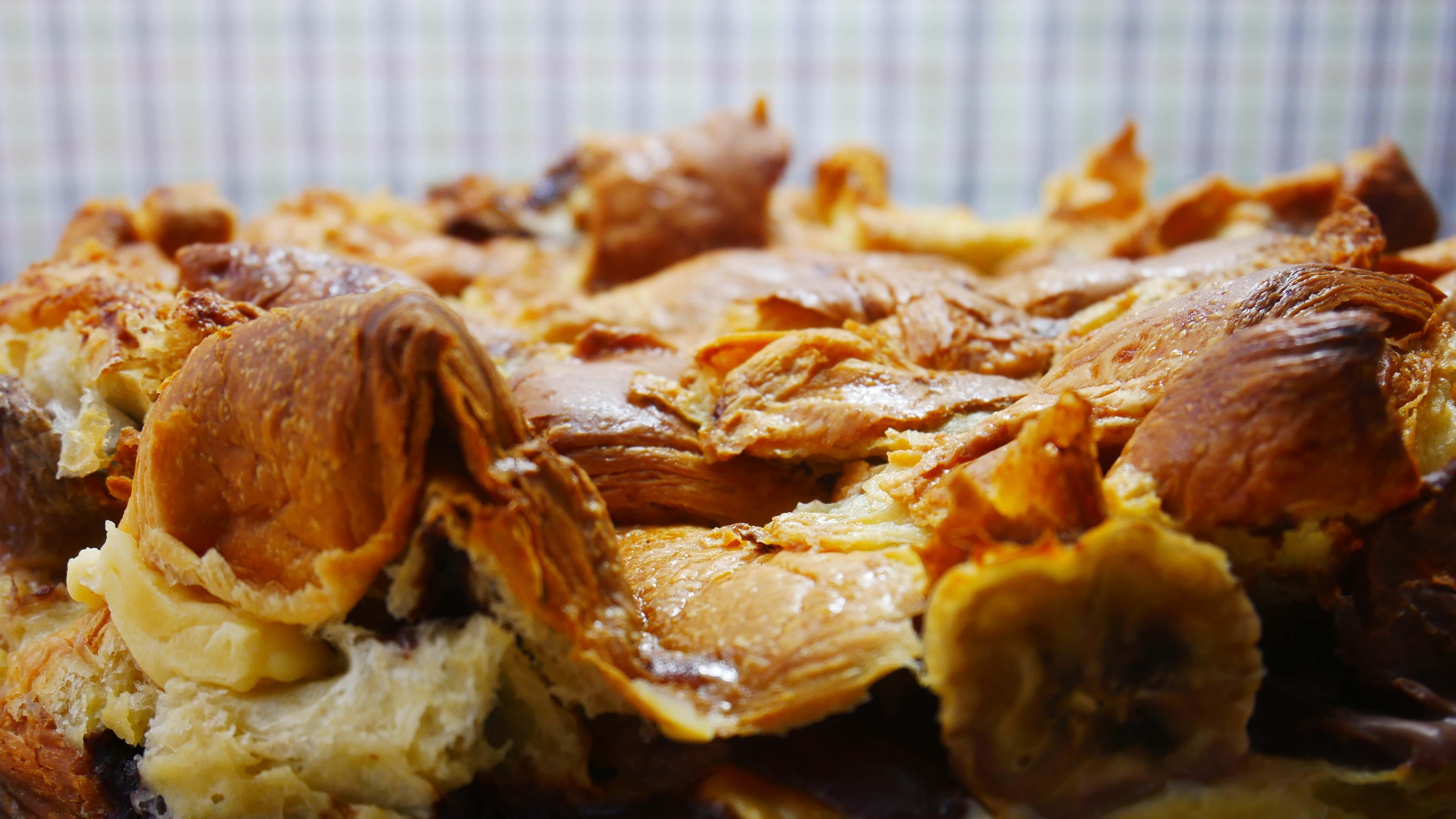 Składniki :  <br>8 croissantów maślanych lub z nadzieniem  <br>2 banany...