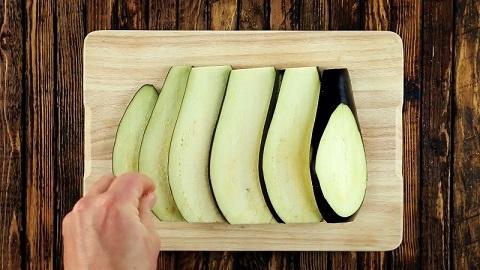 Zaczynamy od pokrojenia warzywa tak, jak widzicie to na zdjęciu. Solimy.