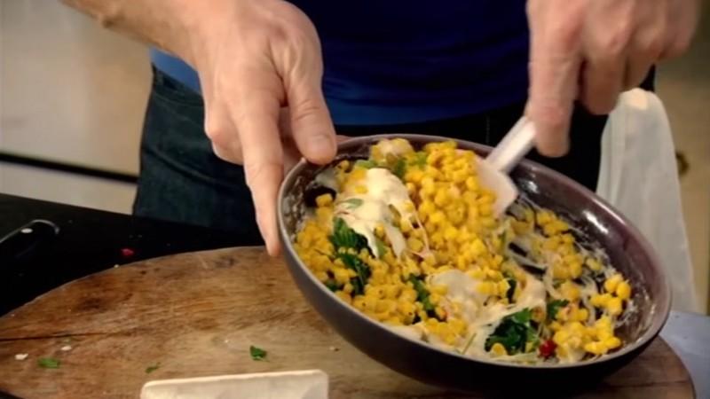 Zmieszaj jajko i mąkę. Do masy dodaj posiekane warzywa i przyprawy. Dokładnie...