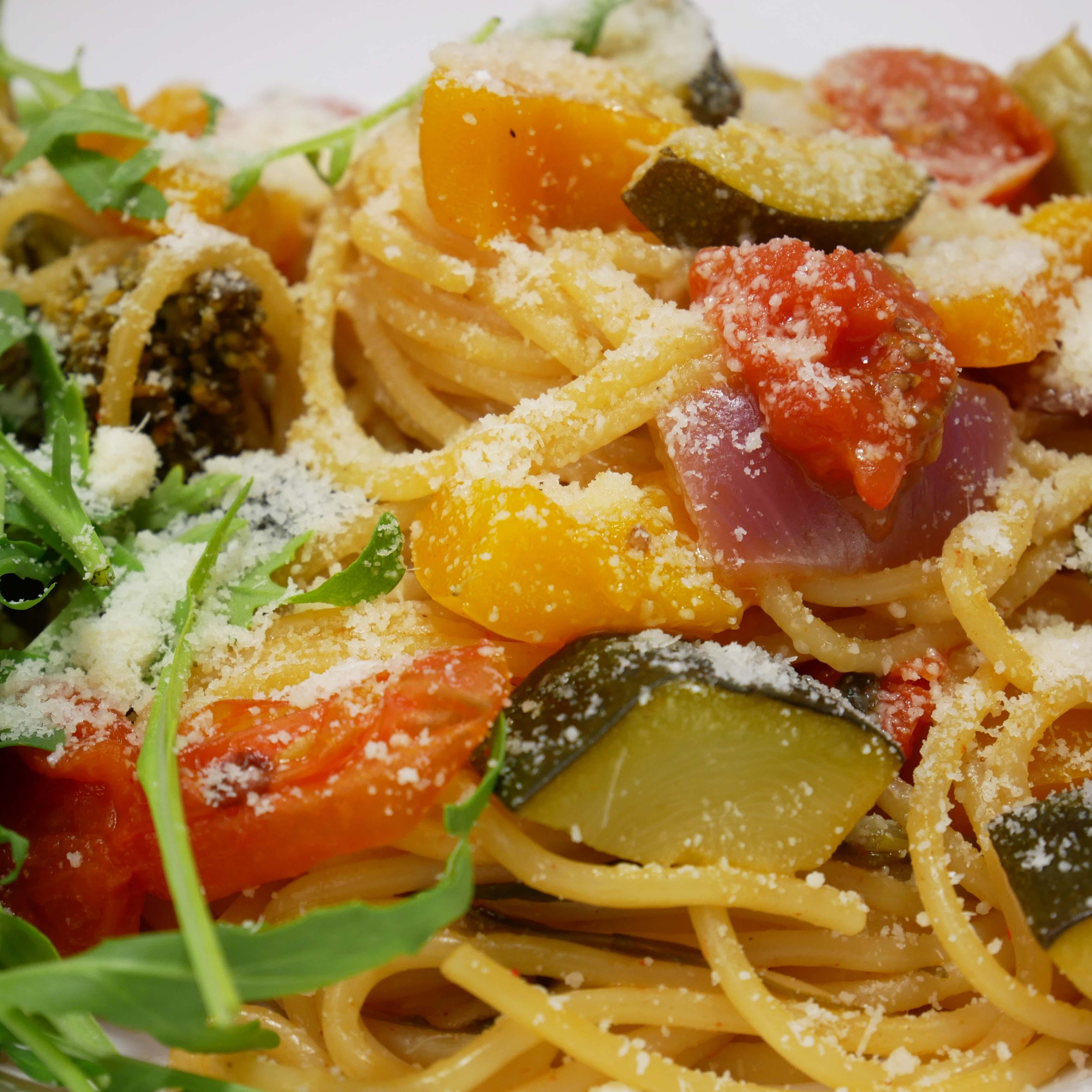 Składniki:  <br><br>150 g spaghetti <br>120 g papryki <br>1 cukinia...