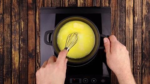 Zaczynamy od podgrzania w garnuszku masła, cukru i mleka. Dokładnie mieszamy.