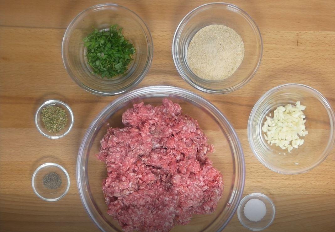 <b>Składniki:</b> <br><br>pół kg mięsa mielonego <br>3 ząbki czosnku...