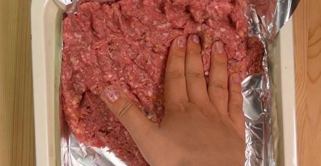 <b>Składniki:</b> <br>1 kg mięsa mielonego <br>20 plasterków boczku...