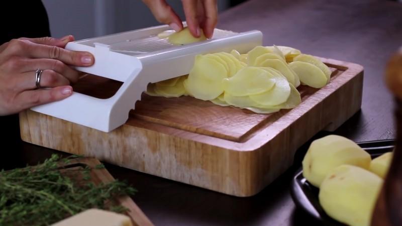 Następnie obieramy i myjemy ziemniaki, a potem kroimy je w plasterki o...