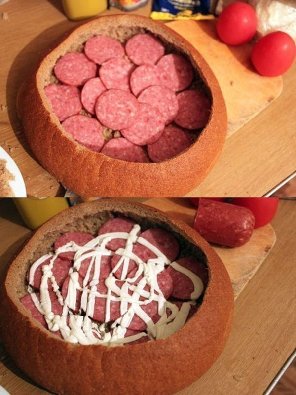 Ułóżcie warstwę salami i zalejcie ją majonezem, lub śmietaną.