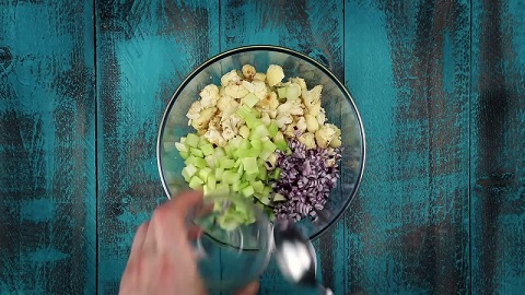 W międzyczasie kroimy jajka, cebulę i seler i łączymy te składniki w dużej...