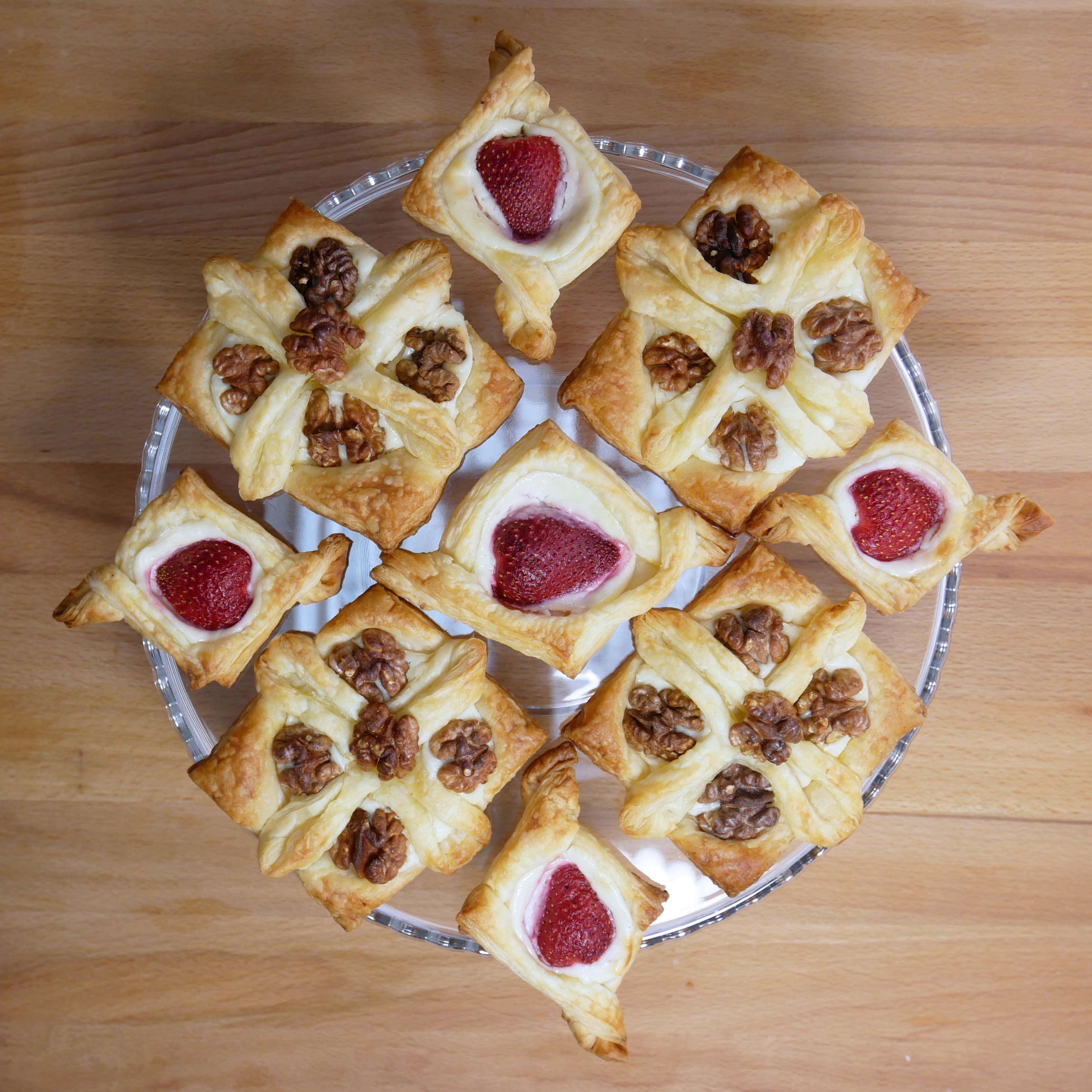 <B>TRUSKAWKOWE</B>  <br><br>ciasto francuskie <br>5 truskawek <br>9 łyżek...