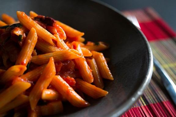 2. Nie polewaj makaronu sosem, gdy jest już na talerzu. Makaron musi przejść...