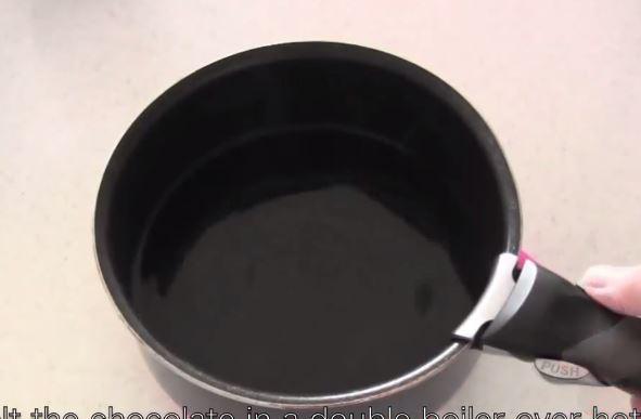 Aby uniknąć przypalenia się czekolady, na kuchence umieszczamy garnek z wodą,...