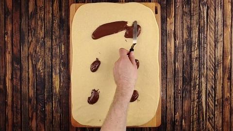 Po tym czasie rozwałkujcie ciasto tak, jak na zdjęciu, i nałóżcie na nie...