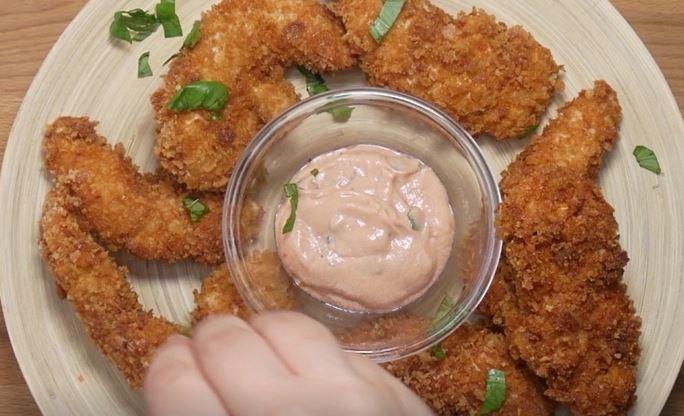 Chrupkość tego kurczaka zachwyca, a delikatny sos można wykorzystać w wielu...