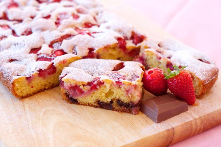 Gdy ciasto ostygnie, można posypać je cukrem pudrem. Smacznego :)
