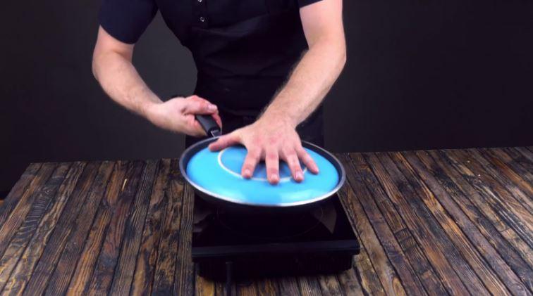 Kiedy spód usmaży się, przykrywamy patelnię dużym talerzem i odwracamy ją do...