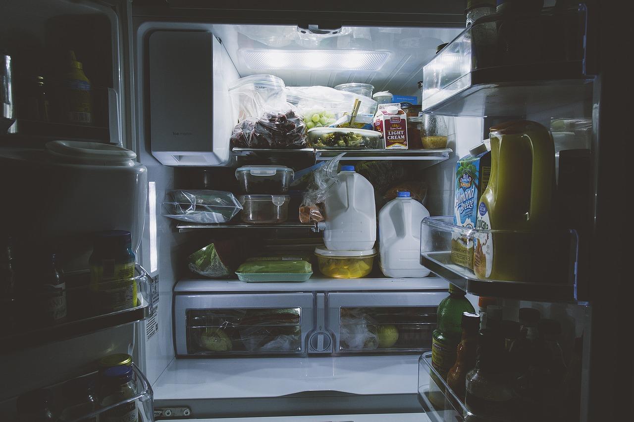 <b>6. Rozmrażaj w lodówce</b> <br>Zamrożoną żywność rozmrażaj w lodówce;...