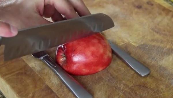 Zaczął kroić jabłko, jednak gdy skończył powstało coś co zaskoczy twoich gości