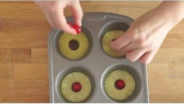 Włożyła plastry ananasa w foremki na babeczki. To, co otrzymała, jest...