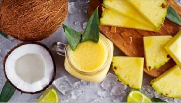 Napój z kokosa, ananasa i imbiru na pozbycie się wody z organizmu. Będzie...