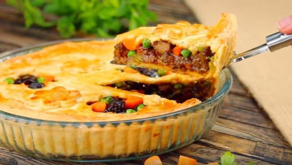 Pyszne danie z piekarnika - tarta z cielęciną i warzywami.