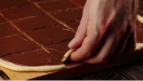 Pociął ciasto na kwadraty i zaczął je układać pionowo w foremce. Efekt...