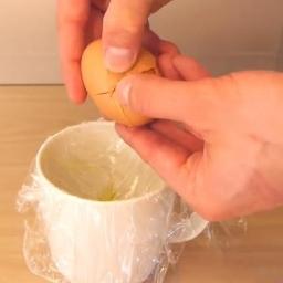 Co można zrobić z kubka, folii spożywczej, oliwy z oliwek i... jajka? Genialny p