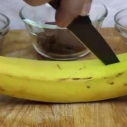 Rozciął banana i zrobił genialnie prosty deser!