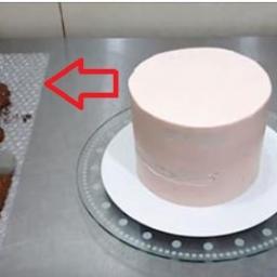 Jak udekorować ciasto mając do dyspozycji czekoladę i folię bąbelkową? Nie uwier