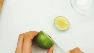 Zaczął kroić limonki w dziwny sposób, przydatna sztuczka!