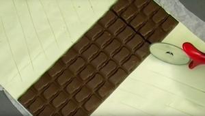 Położyła czekoladę na cieście francuskim, a potem przygotowała deser wyglądajacy
