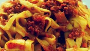Nie kupuj gotowego sosu do makaronu - sprawdź, jak smakuje prawdziwy sos bolońsk