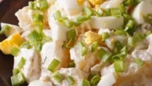 Szybka sałatka ziemniaczana w lekkiej wersji - smak Cię zachwyci!