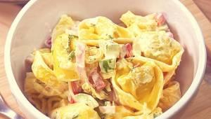 Sałatka nie może być nudna - spróbuj kolorowej sałatki z makaronem, a zniknie w