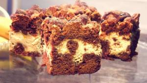 Bananowy sernik z czekoladowym spodem i kruszonką to ciasto, które spełni wszyst