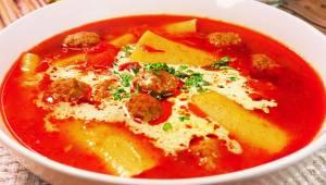Jedna zupa, a cały obiad w jednym talerzu! Sprawdź, co dodać do pomidorowej, aby
