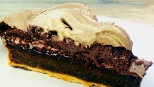 Ta czekoladowa tarta jest bardzo prosta w przygotowaniu, a smak nie równa się ża